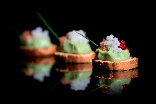 Canapés con huevas o caviar de caracol.