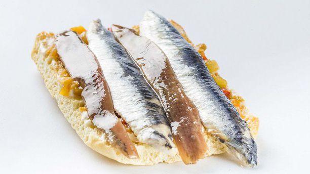 Tosta de pescado y anchoa.