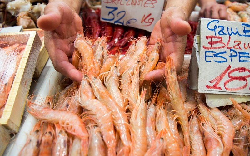 Pruebe lso mariscos del Mercado el Carmen de Huelva.