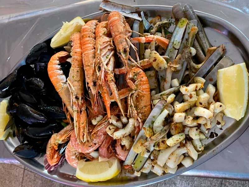 La familia ofrece platos a base de mariscos