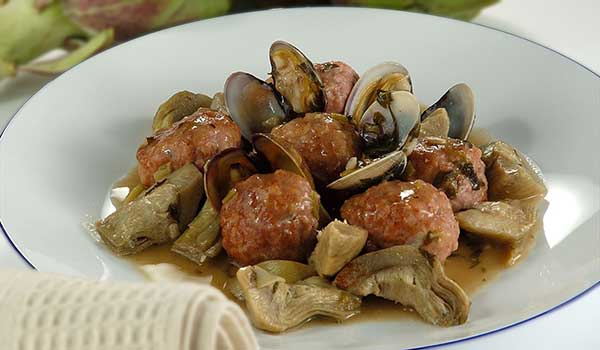 Plato de alcachofas con almejas