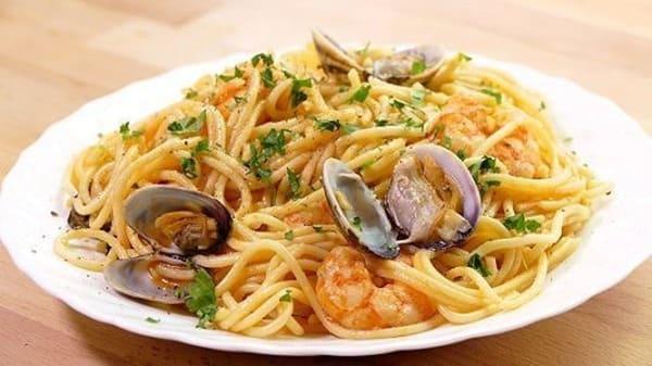 espaguetis con gambas y almejas